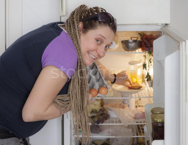 飢えた 妊娠 女性 冷蔵庫 ピッキング 卵 ストックフォト © vilevi