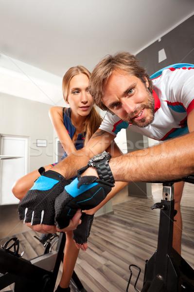 Gimnasio ciclismo moto cardio ejercicio jóvenes Foto stock © vilevi