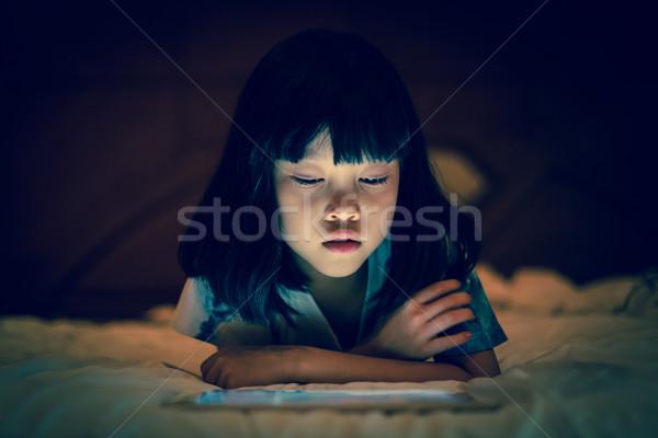 çocuk tablet karanlık yatak odası Asya kız Stok fotoğraf © vinnstock