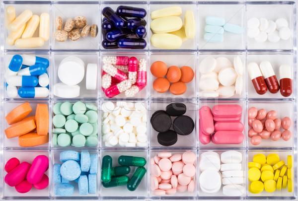 Különböző tabletták kapszulák konténer gyógyszer műanyag tároló Stock fotó © viperfzk