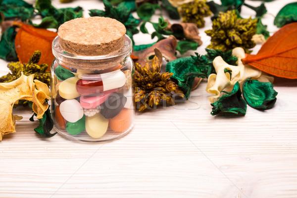 Különböző tabletták kapszulák zöld narancs levelek Stock fotó © viperfzk