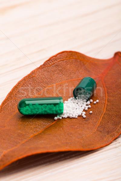 Сток-фото: зеленый · капсула · оранжевый · лист · деревянный · стол