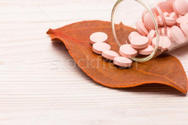 Rózsaszín tabletták narancs levél alternatív gyógymód kórház Stock fotó © viperfzk