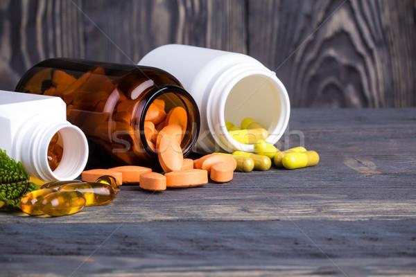 Pilules feuilles vertes médecine alternative bois médicaux Photo stock © viperfzk