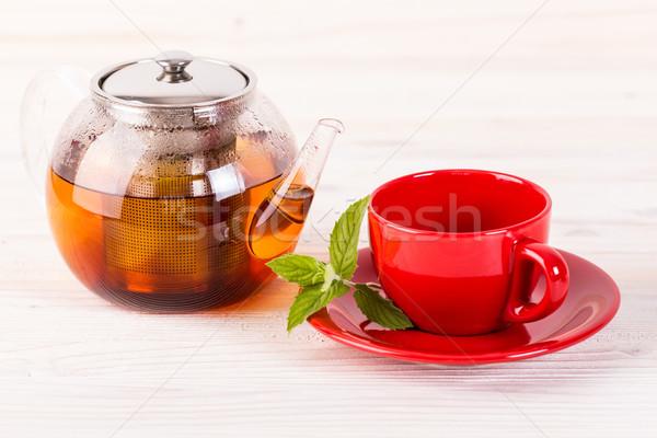 чайник красный Кубок деревянный стол свет зеленые листья Сток-фото © viperfzk