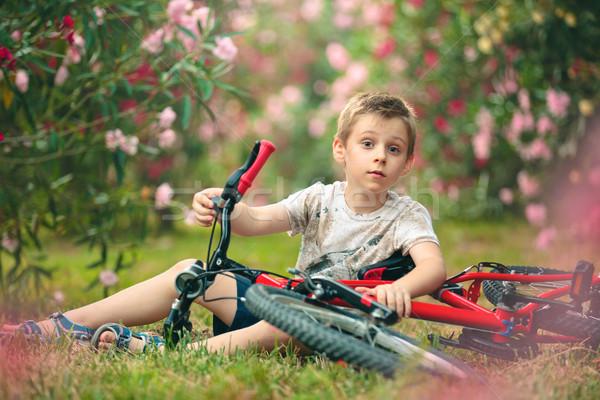Jongen fiets vergadering park familie glimlach Stockfoto © Vitalina_Rybakova