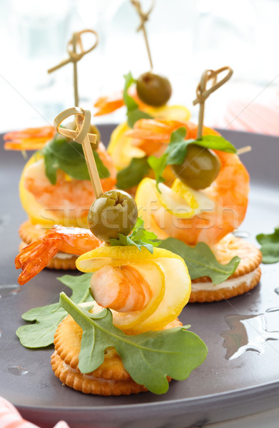 Garnaal bladeren olijven restaurant tabel groene Stockfoto © Vitalina_Rybakova
