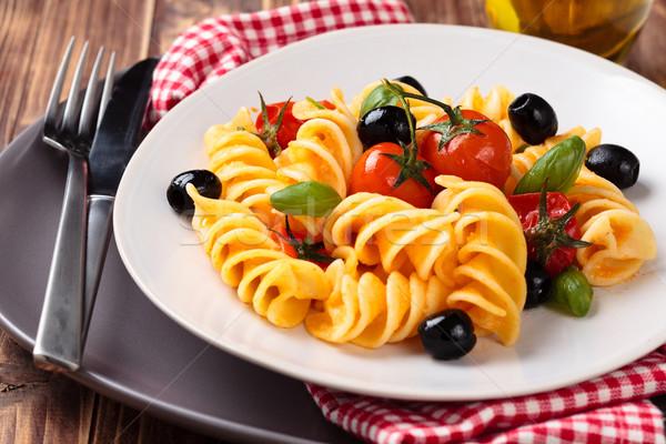 Italiaans eten pasta Italiaans kerstomaatjes zwarte olijven basilicum Stockfoto © Vitalina_Rybakova