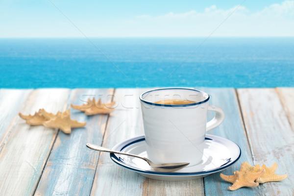 Beker koffiekopje koffie houten tafel Blauw zee Stockfoto © Vitalina_Rybakova