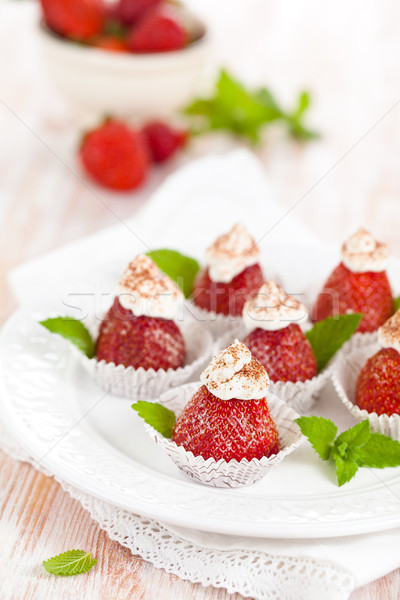 Aardbei dessert aardbeien slagroom poedersuiker cacao Stockfoto © Vitalina_Rybakova