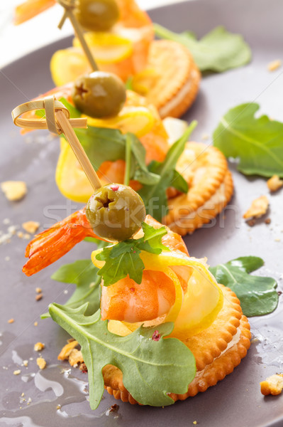 Garnaal bladeren olijven restaurant tabel Stockfoto © Vitalina_Rybakova