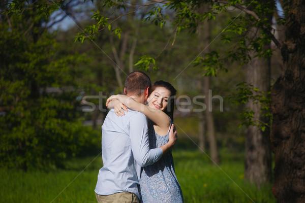 Boldog fiatal terhes pár ölel természet Stock fotó © vizarch