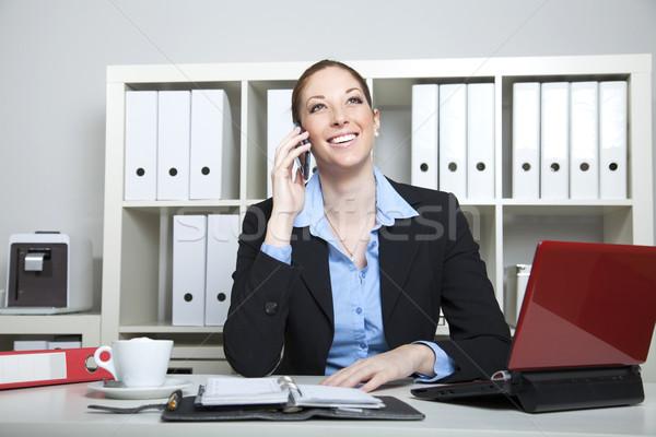Işkadını çağrı oturma büro kadın gülümseme Stok fotoğraf © vizualni