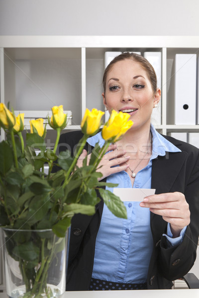 Citromsárga rózsák szerető üzletasszony virágcsokor iroda Stock fotó © vizualni