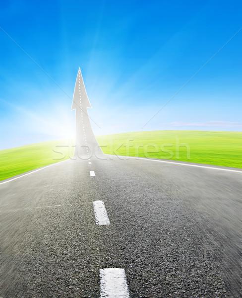 Autópálya út felfelé nyíl zöld mező Stock fotó © vkraskouski