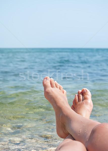 Női lábak tenger hullámok égbolt kettő Stock fotó © vkraskouski
