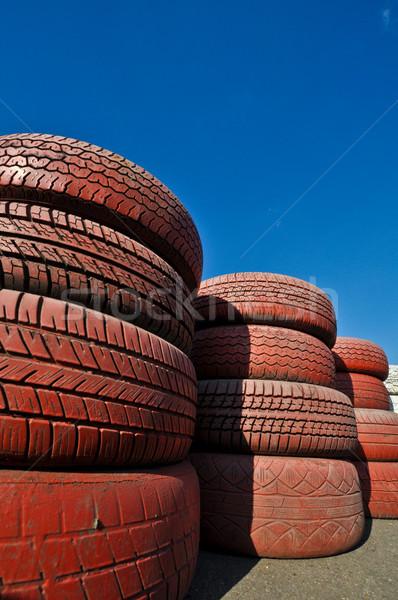 Zdjęcia stock: Ogrodzenia · czerwony · starych · opony · samochodu