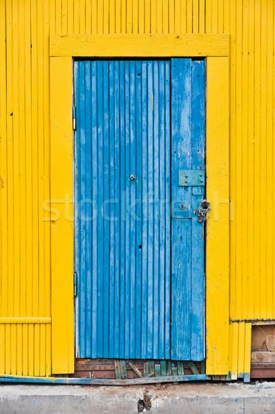 Alten schäbig Holz Tür aufgegeben Gebäude Stock foto © vlaru