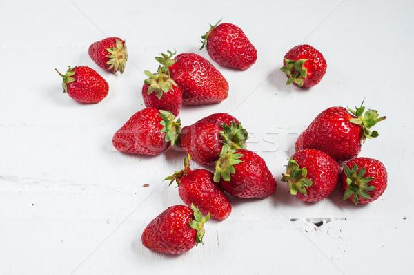Fraîches juteuse fraises blanche bois bois Photo stock © voloshin311