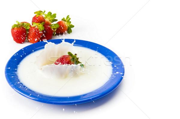 Fresa leche caer plato alimentos frutas Foto stock © vtupinamba