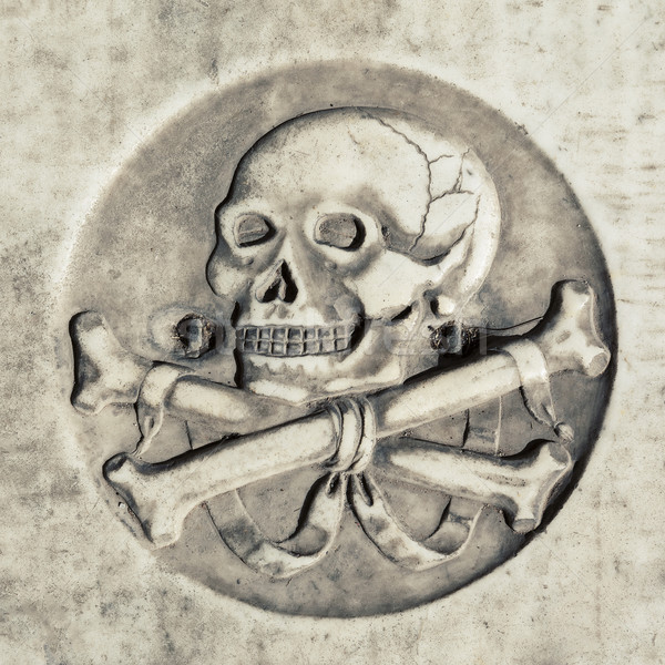 Morte símbolo crânio antigo túmulo cemitério Foto stock © vwalakte