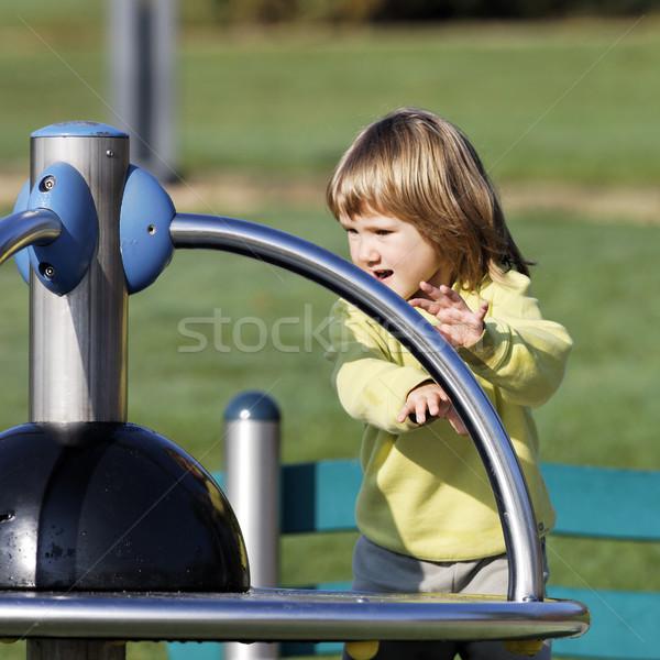 Zdjęcia stock: Dziecko · gry · parku · boisko · jesienią · szczęśliwy