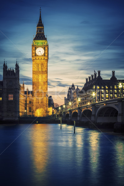Famoso Big Ben torre Londres pôr do sol mãos Foto stock © vwalakte