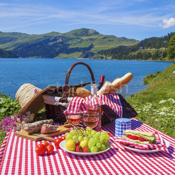 Pique-nique alpine montagnes lac panoramique vue Photo stock © vwalakte