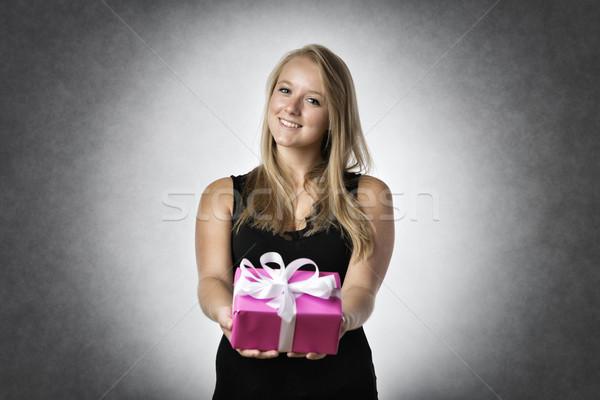улыбающаяся женщина настоящее бумаги девушки Сток-фото © w20er