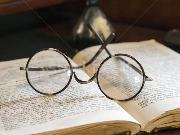 Oude bril antieke boek foto papier Stockfoto © w20er