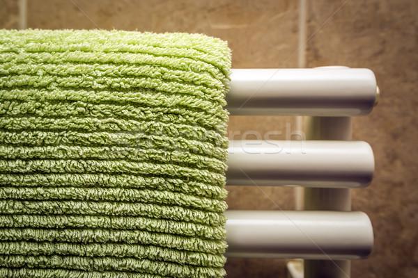 Groene handdoek radiator badkamer huis gezicht Stockfoto © w20er