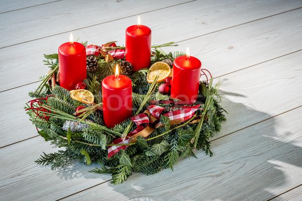 Advent koszorú égő piros gyertyák négy Stock fotó © w20er
