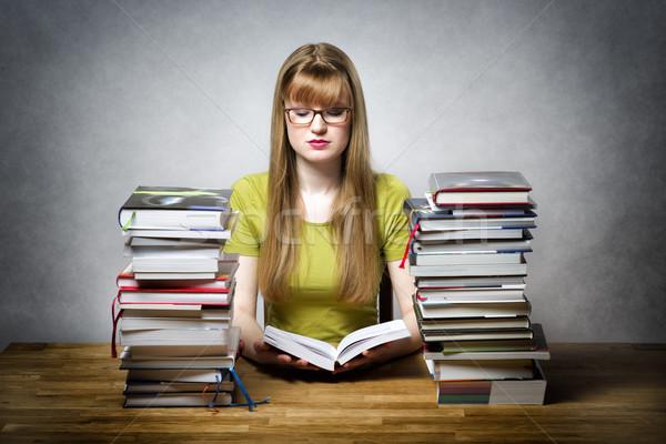Genç kadın okuma kitap kitaplar tablo sıkılmış Stok fotoğraf © w20er