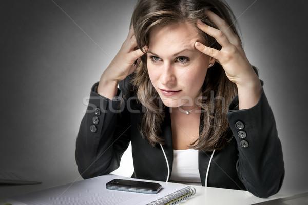 Hangsúlyos üzletasszony ül irodai asztal néz laptop Stock fotó © w20er