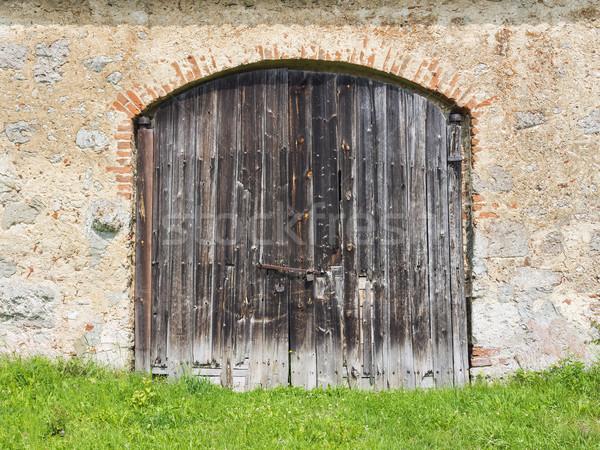 Wyblakły drzwi stodoła zielone łące Zdjęcia stock © w20er
