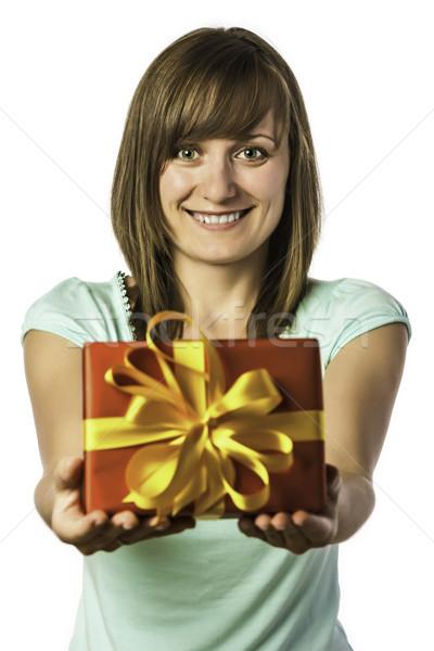 Szczęśliwy młoda dziewczyna obecnej młodych brunetka Zdjęcia stock © w20er