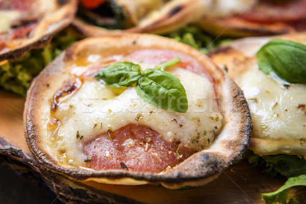 Foto stock: Mini · pizza · imagem · italiano · manjericão · tomates