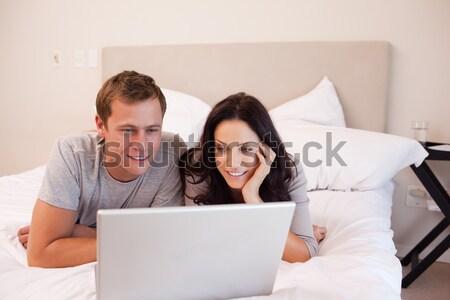 Stok fotoğraf: Dizüstü · bilgisayar · kullanıyorsanız · yatak · ev · ofis · sevmek