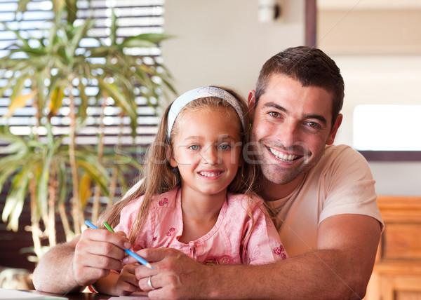 Foto stock: Pai · ajuda · filha · lição · de · casa · menina · livro