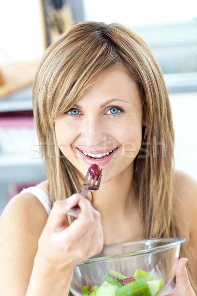 Femme manger salade de fruits souriant caméra Photo stock © wavebreak_media