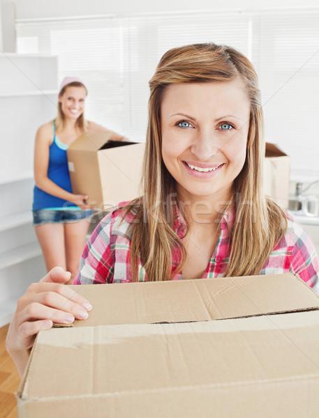 Foto stock: Encantado · mulher · caixas · em · movimento · amigo