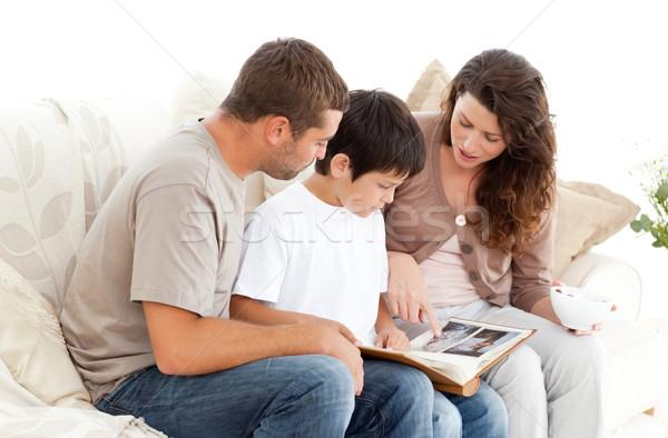 Mutlu aile bakıyor birlikte kanepe ev Stok fotoğraf © wavebreak_media