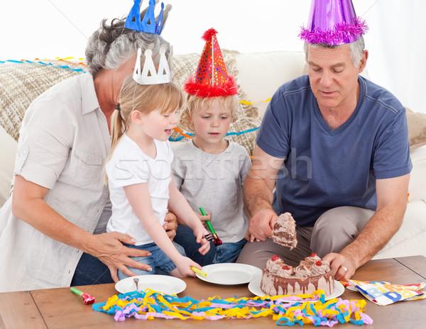 Família alimentação bolo de aniversário juntos casa mulher Foto stock © wavebreak_media