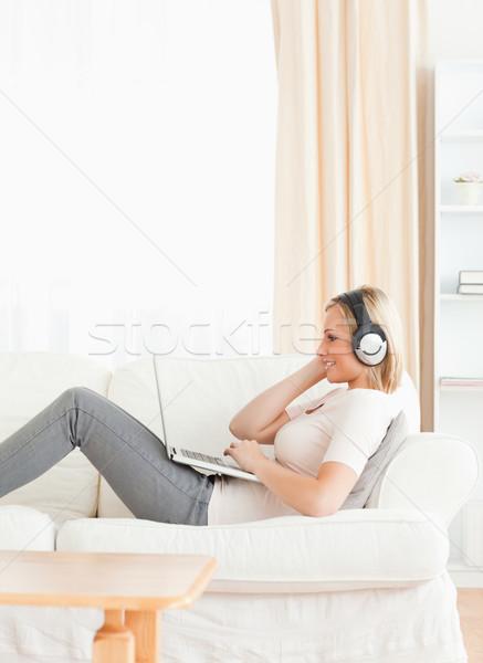 Portré nő néz film laptop nappali Stock fotó © wavebreak_media