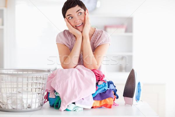 Alegre mujer ropa utilidad habitación Foto stock © wavebreak_media