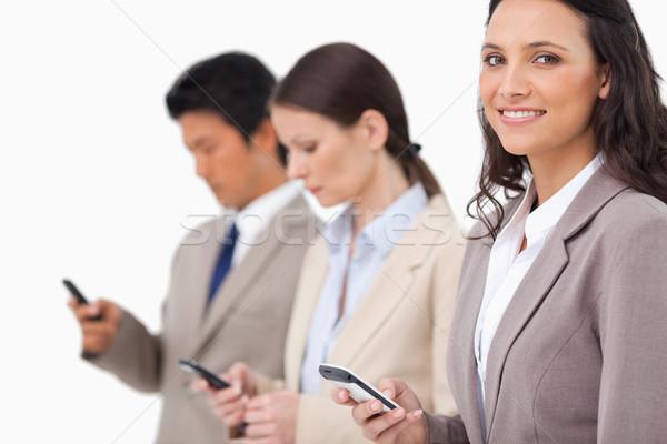Glimlachend verkoopster mobieltje collega's witte vrouw Stockfoto © wavebreak_media