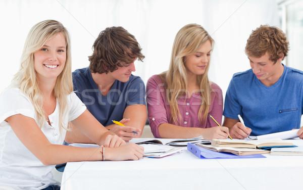 Studie Gruppe arbeiten ein Mädchen lächelt Aussehen Stock foto © wavebreak_media