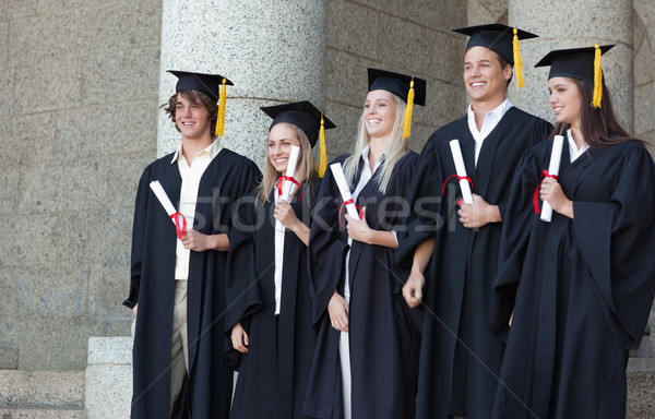 Glimlachend afgestudeerden poseren diploma universiteit Stockfoto © wavebreak_media
