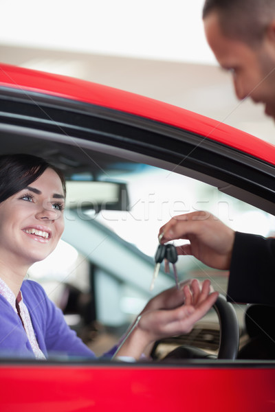 женщина улыбается ключи от машины автомобилей магазин женщину дороги Сток-фото © wavebreak_media