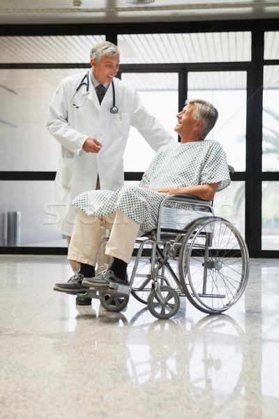 Médico falante homem cadeira de rodas sorridente hospital Foto stock © wavebreak_media